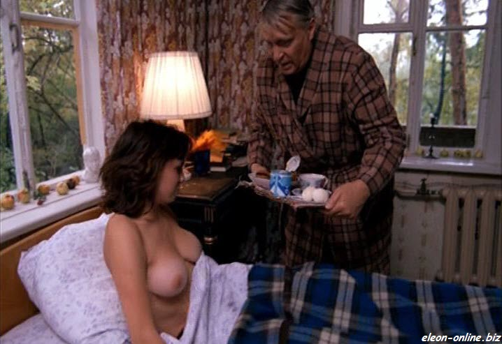 Голая грудь старшей горничной из гостиницы