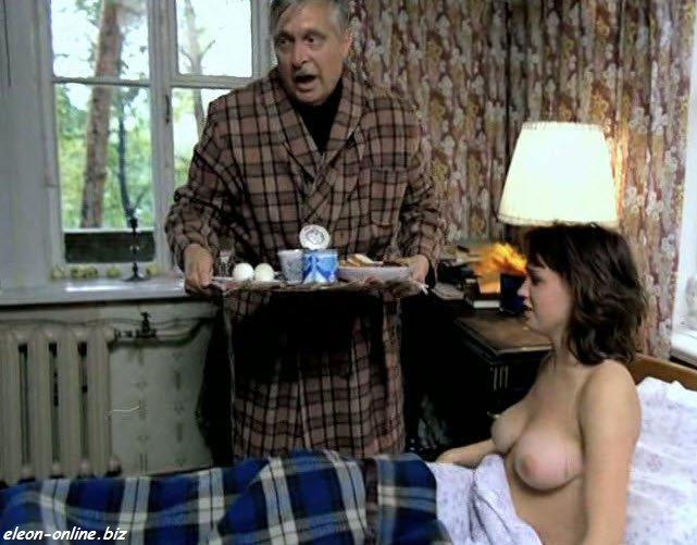 Молодая актриса голая в постели